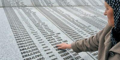 Bida Smajlovic, superviviente de la matanza de Srebrenica, recorre el 24 de marzo de 2016 los nombres de su familia en el monumento conmemorativo de la masacre ocurrida en julio de 1995, en Potocari (Bosnia) Foto:Elvis Barukcic/afp.com