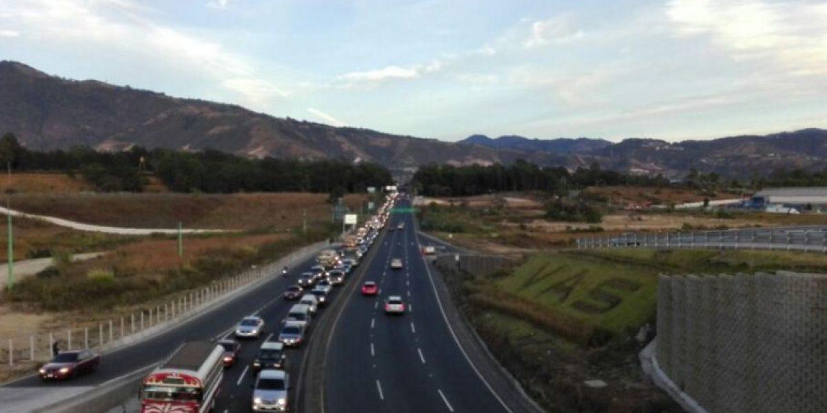 Camión cisterna volcado afecta el tránsito en ruta al Pacífico