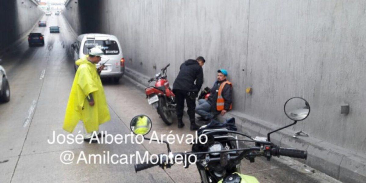 (VIDEO) Los motoristas están entre los más afectados por la lluvia en la ciudad