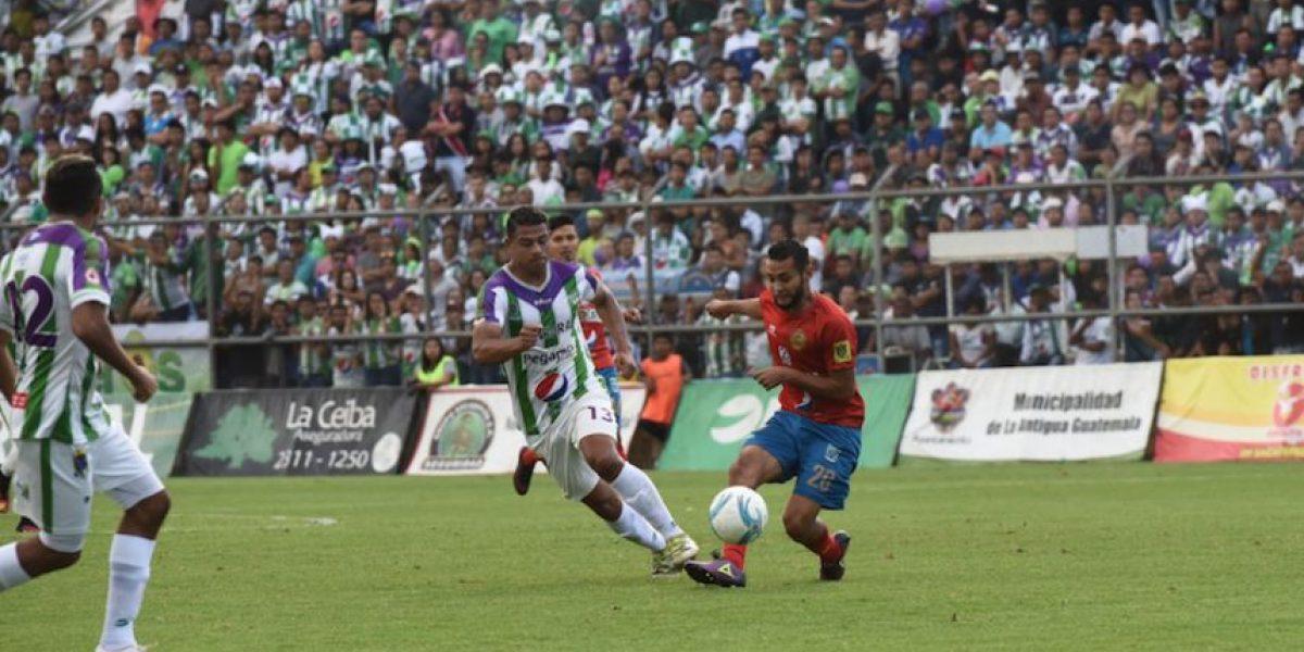 Presentan el balón y la copa de la final Municipal vs. Antigua GFC