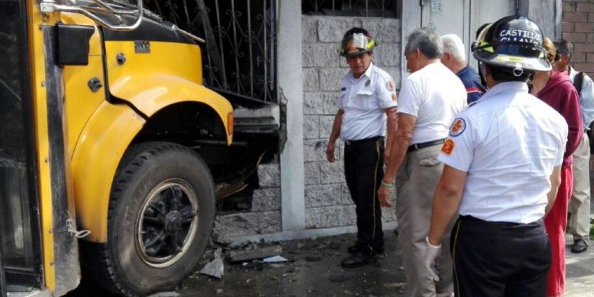 Conductor huye tras empotrar bus en la colonia Reformita, zona 12