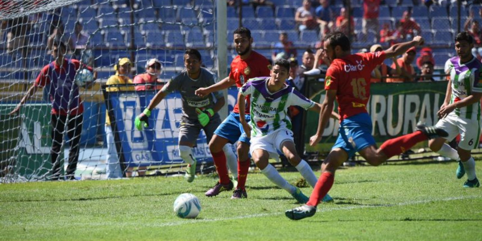 Gustavo Machaín y su cuerpo técnico seguirán a cargo del club rojo en el Clausura 2017. Foto:Edwin Bercián y Reina Damián