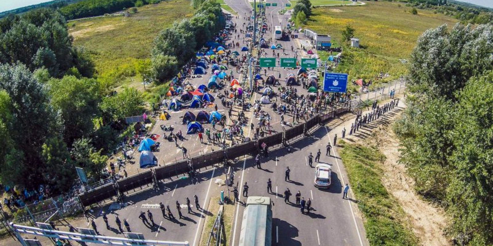 Fotografía aérea de migrantes en la frontera de Hungría y Serbia. Foto:AFP