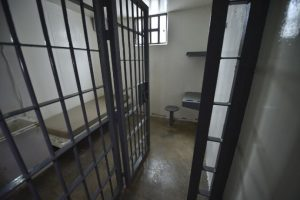 """Así era la celda del """"El Chapo"""", en donde era vigilado por una cámara de seguridad Foto:AFP"""