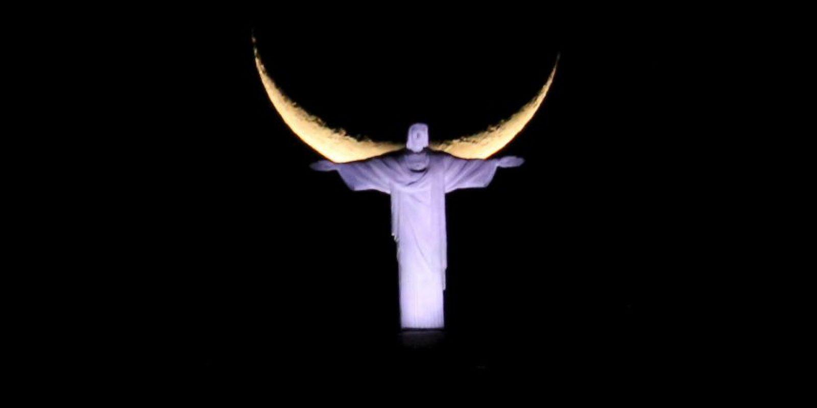 Cristo Redentor en Brasil y luna nueva. Foto:AFP