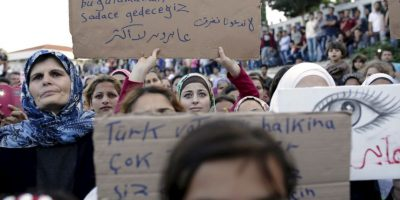 Protesta de migrantes y refugiados contra bloqueo de frontera en Turquía. Foto:AFP