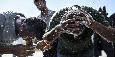 Migrantes bañándose en Turquía. Foto:AFP
