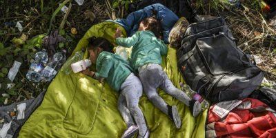 Refugiadas sirias duermen en la frontera de Serbia y Hungría. Foto:AFP