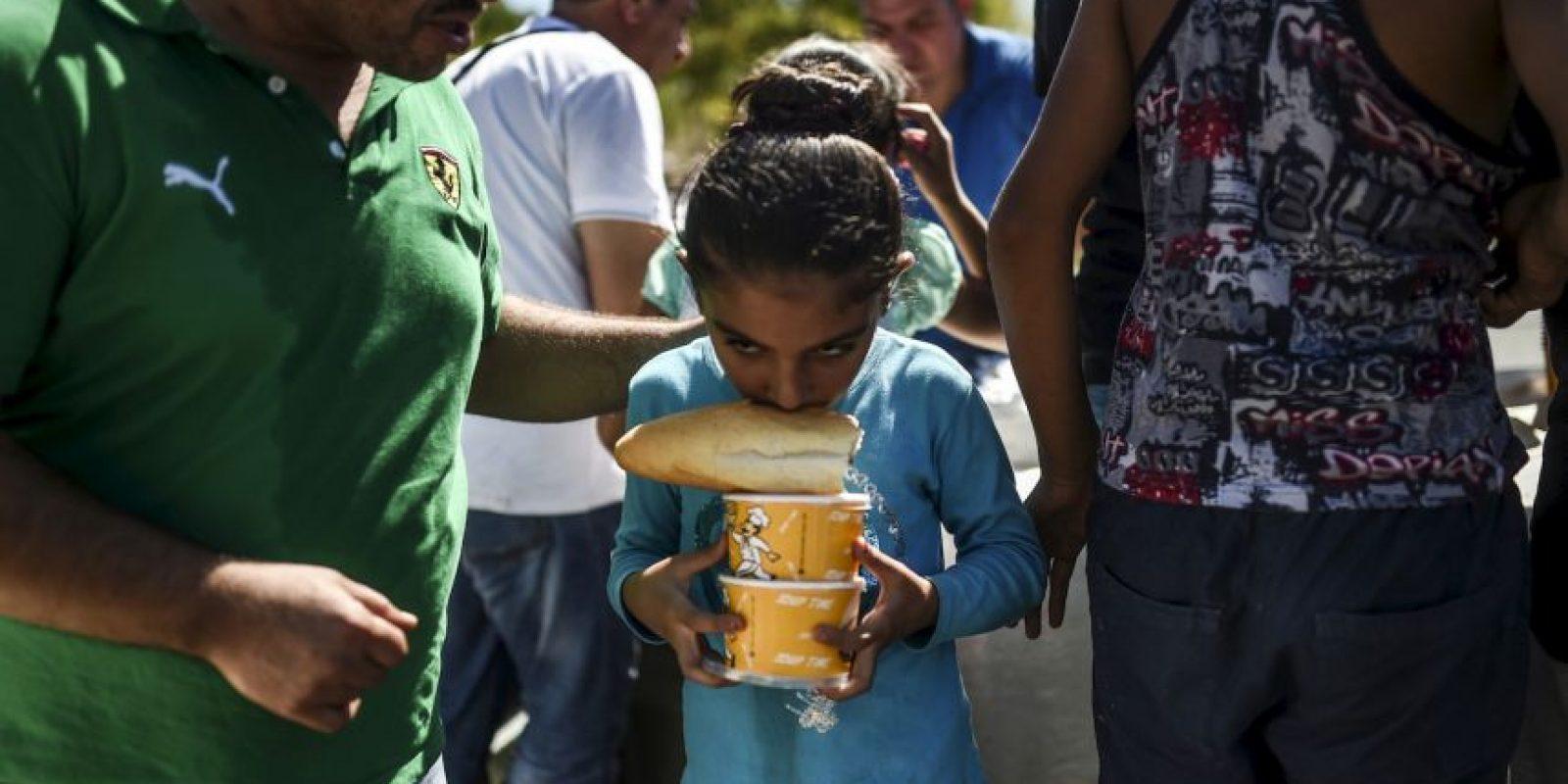 Niña refugiada en la frontera de Turquía y Grecia. Foto:AFP