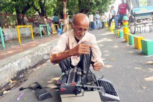 Él es Kishan Kumar, un vendedor de 65 años que sufrió de abuso policiaco en la India. Foto:Vía facebook.com/Kcapturedmoments