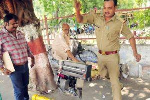 El agente Pradeep Kumar usó la fuerza para desalojar a vendedores ambulantes de la calle. Foto:Vía facebook.com/Kcapturedmoments