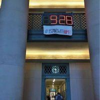 """Y hoy en el MIT, apareció una manta con la leyenda """"#IStandWithAhmed"""" (Yo apoyo a Ahmed) Foto:Instagram.com/explore/tags/istandwithahmed/"""