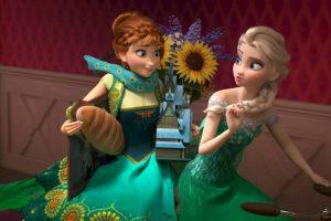 """Durante una sesión de preguntas y respuestas para """"MTV News"""", Chris Buck, director de la cinta animada """"Frozen"""" confirmó la teoría de que """"Anna"""" y """"Elsa"""" son las hermanas mayores de """"Tarzán"""". Foto:vía facebook.com/DisneyFrozen"""