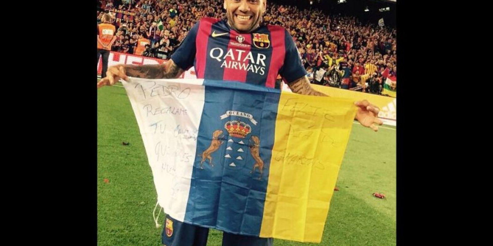Joana también publicó una foto de Alves portando la bandera de las Islas Canarias, lugar de donde ella es originaria. Foto:Vía instagram.com/joanasanz
