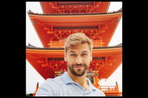 Ahí, Fernando aprovechó para fotografiarse con edificios representativos del país asiático. Foto:Vía instagram.com/llorente_fer