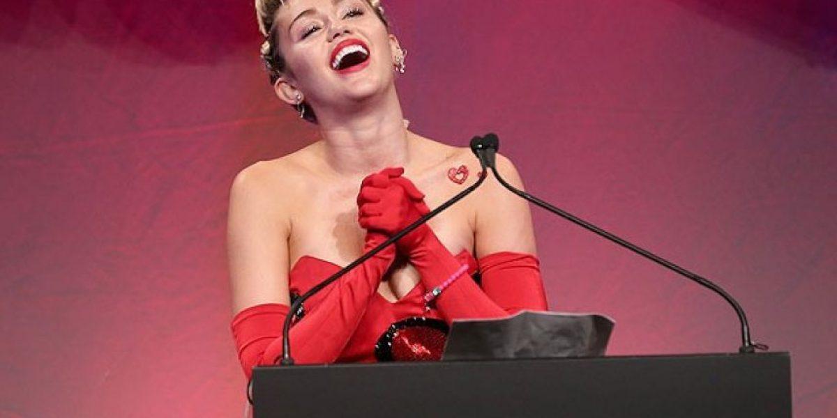 Miley Cyrus deja ver su vello axilar y su mamá... ni te imaginas
