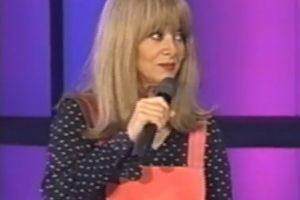 """En 1970, Gloria Benavides interpretó a """"La Cuatro dientes"""", una joven rubia, con minifalda roja, blusa con lunares, que siempre trataba de conquistar a alguno de los conductores. Foto:YouTube/Univision"""