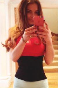 En abril, sus escaleras parecían tener un defecto y su abdomen lucían una perfecta curva Foto:vía instagram.com/lindsaylohan