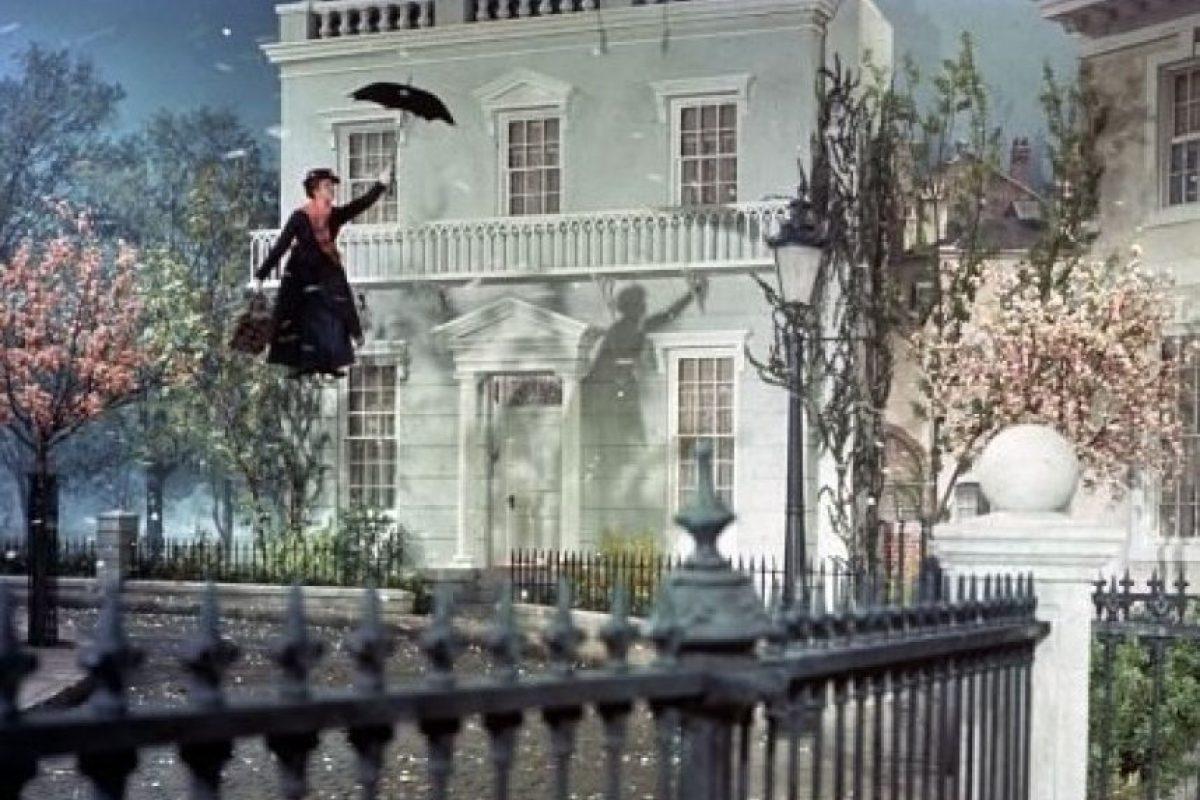 """La elegida es """"Mary Poppins"""", una mujer que tiene poderes mágicos y que, gracias a ellos, le enseñará a los niños valores muy importantes con la ayuda de su amigo """"Bert"""". Foto:IMDb"""