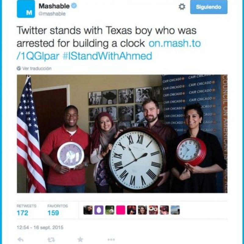 Muestras de apoyo posando con relojes. Foto:Twitter.com