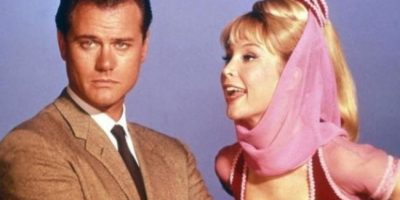 """En la década de los años 60, Larry Hagman y Barbara Eden le dieron vida a """"Tony Nelson"""" y la hechicera """"Jeannie"""" Foto:IMDB"""