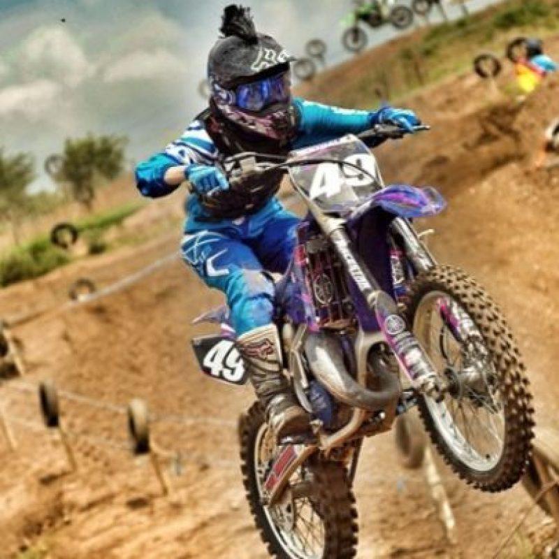 Su especialidad son las acrobacias sobre motocicleta.