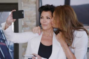 Aunque parece que la relación entre Kris y Caitlyn va bien, hay cosas que la matriarca de las Kardashian no puede pasar por alto. Foto:E! News