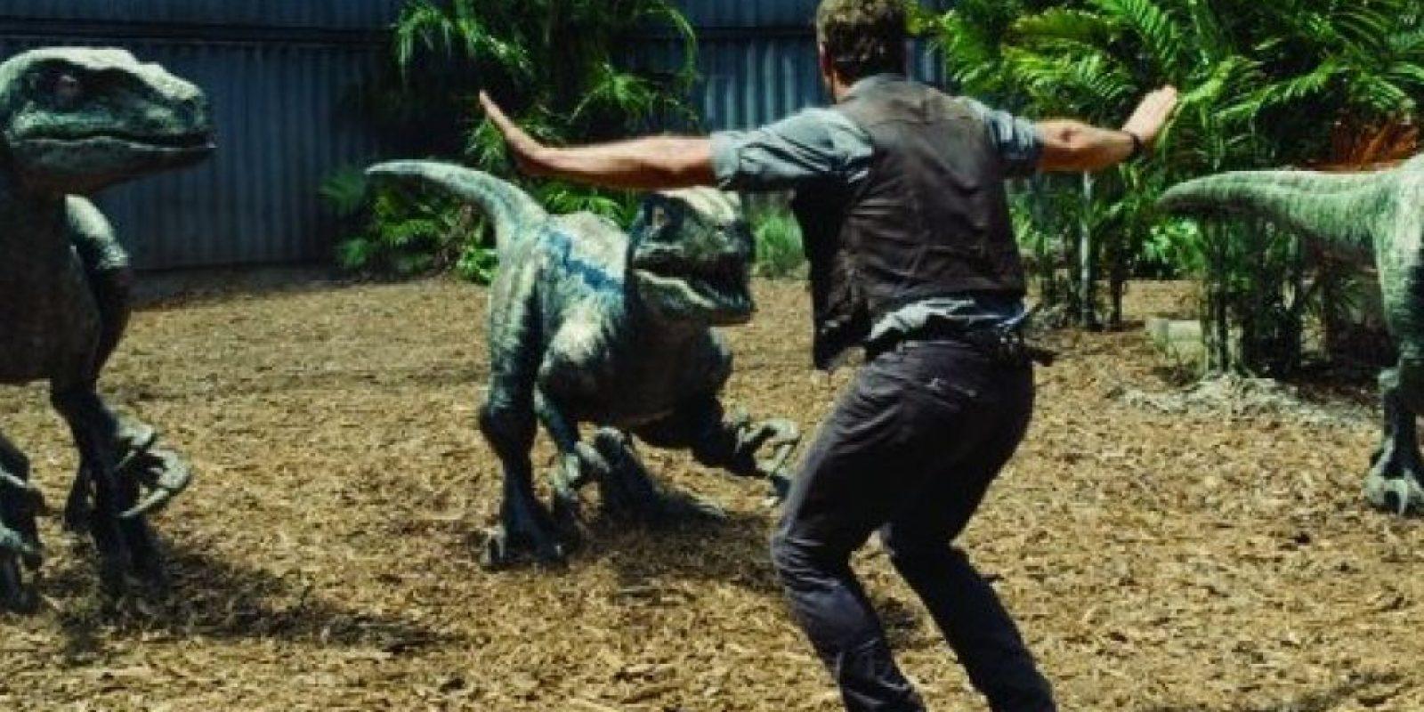 """10. Mientras """"Owen"""" rescata al joven de la jaula, su sombra y la de los velociraptors están en diferentes direcciones. Foto:Universal Pictures"""