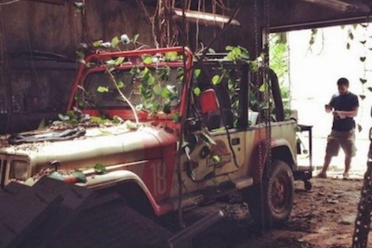 6. Los niños tenían conocimiento para reparar el Jeep abandonado desde hace 20 años, y aunque lo hubieran logrado la gasolina estaría inservible, llantas y cables podridos y el sistema eléctrico estaría muerto. Además, el clima no ayudaría en nada. Foto:Universal Pictures