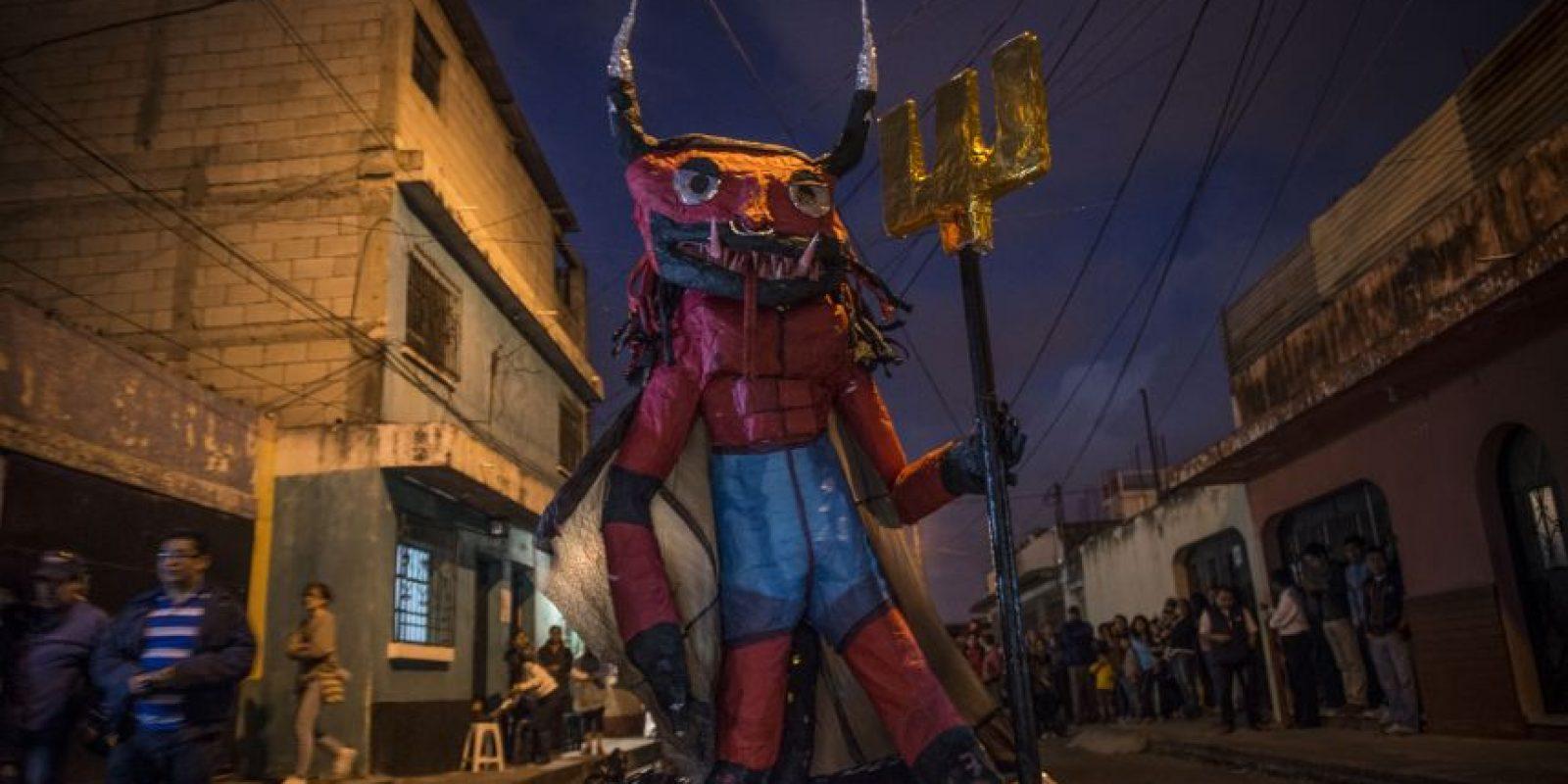 Lucifer en piñata. Vecinos de la zona 3 quemaron este Diablo de 3 metros. Foto:Oliver de Ros
