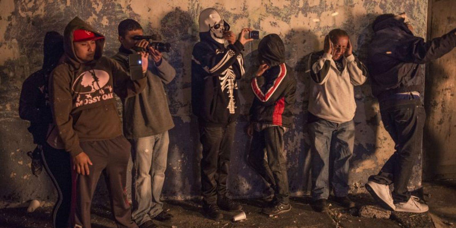 Hasta disfrazados. Jóvenes participaron en la quema. Foto:Oliver de Ros