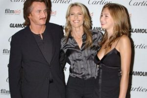 Dylan Penn y sus padres