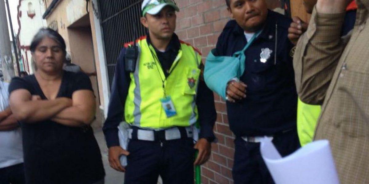 FOTOS. Usuario denuncia a policía de PMT por pasar semáforo en rojo