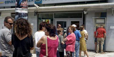 2. Los griegos solamente podrán retirar de los cajeros automáticos 60 euros al día, como máximo por cada tarjeta que dispongan. Foto:Getty Images