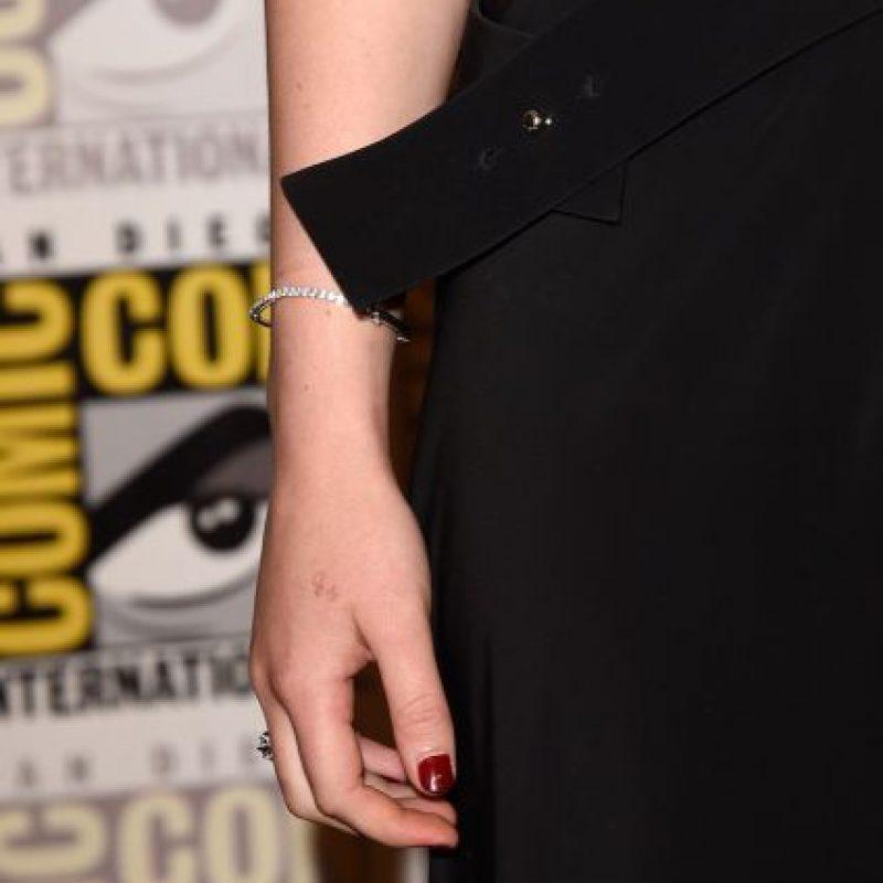 """19. Jennifer Lawrence tiene un tatuaje en la mano derecha donde puede leerse """"H2O"""" Foto:Getty Images"""