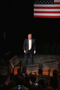 """Además de los comentarios de Trump sobre sus vecinos de México, este ha propuesto crear un muro que divida a los dos países y evita la llegada de migrantes. También ha asegurado que hará que México pague dicho muro. """"Construiré el muro y México lo va a pagar, y serán felices con ello. Porque México gana tanto dinero con Estados Unidos que pagar eso no es nada para ellos"""", declaró también a """"CNN"""". Foto:Getty Images"""