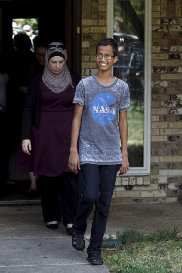 La imagen de él esposado y vistiendo una camiseta de la NASA le dio la vuelta al mundo Foto:Getty Images