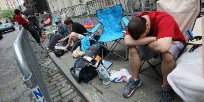 Personas aburridas antes de entrar a la tienda. Foto:Getty Images