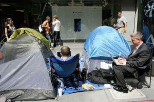 Algunos acamparon afuera de las tiendas. Foto:Getty Images