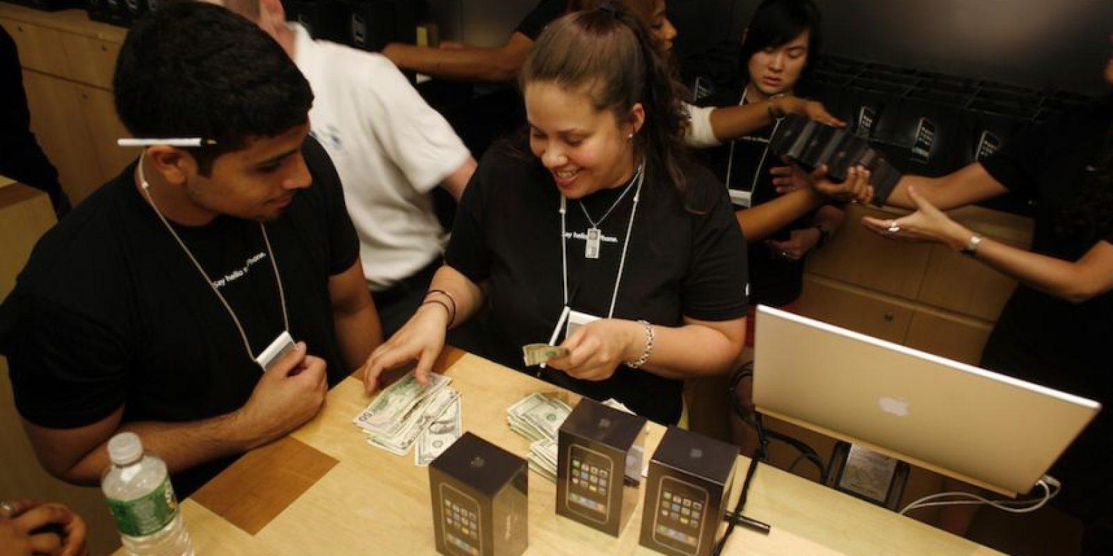 Vendedores con los nuevos dispositivos. Foto:Getty Images