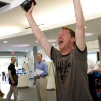 La felicidad de tener un iPhone. Foto:Getty Images