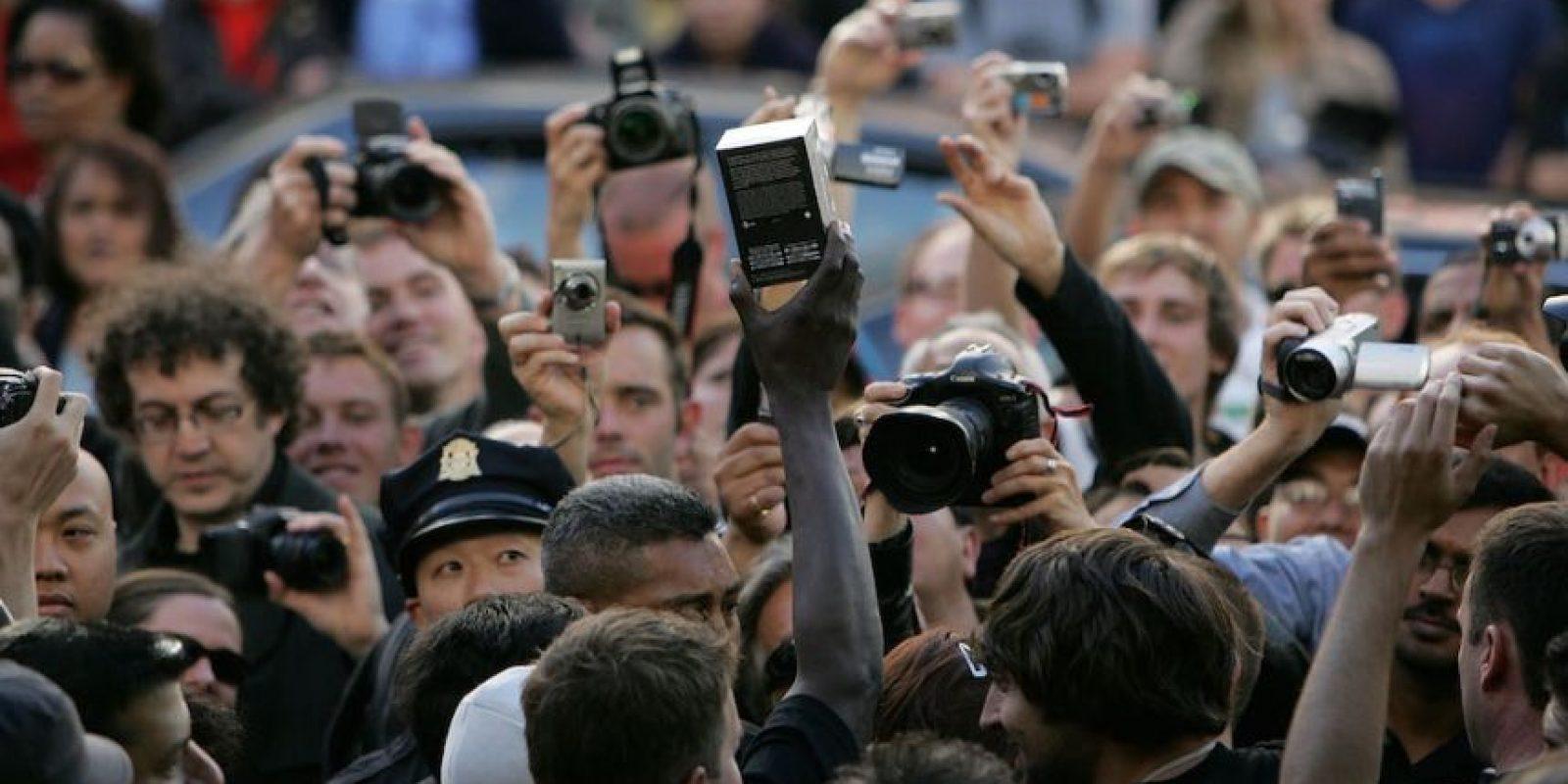 Todos emocionados por el dispositivo. Foto:Getty Images