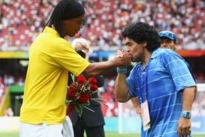 En la premiación de ese torneo, donde Argentina se llevó el oro y Brasil el bronce, se dio esta pecualiar imagen. Diego Armando Maradona besando la mano de Ronaldinho. No todo es guerra entre argentinos y brasileños. Foto:Getty Images