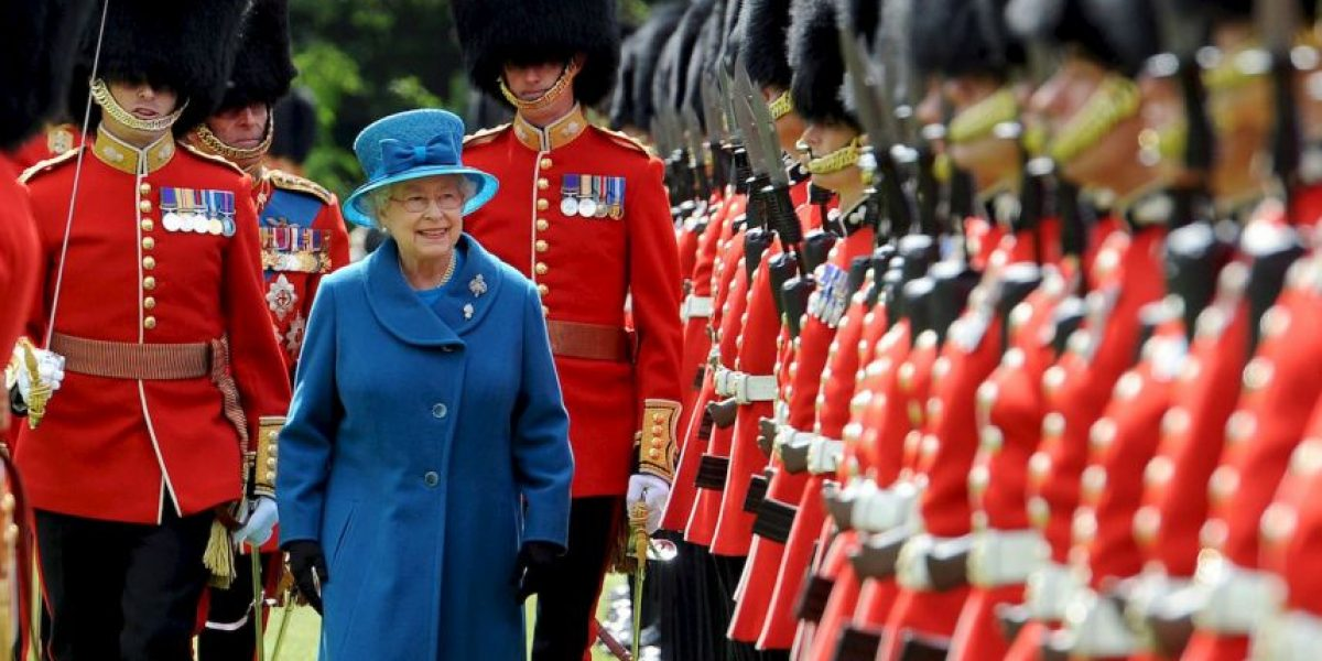 VIDEO: Se atrevió a tocar a un Guardia Real y no creerán lo que le pasó