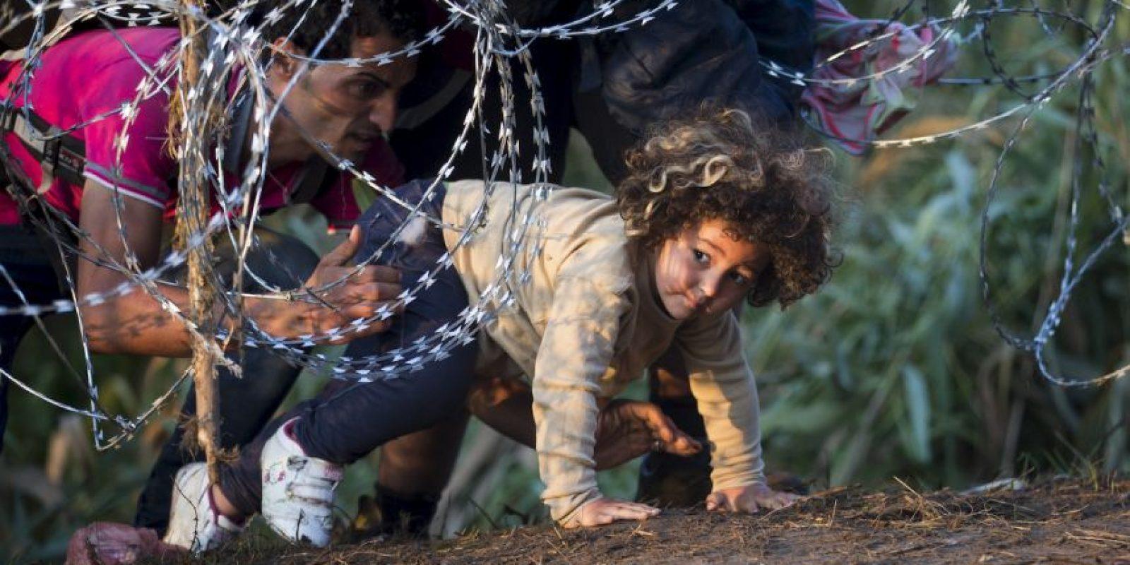 Antes de cerrar su frontera con Serbia, el gobierno húngaro ordenó construir una valla para impedirle el paso a los migrantes. Foto:AP