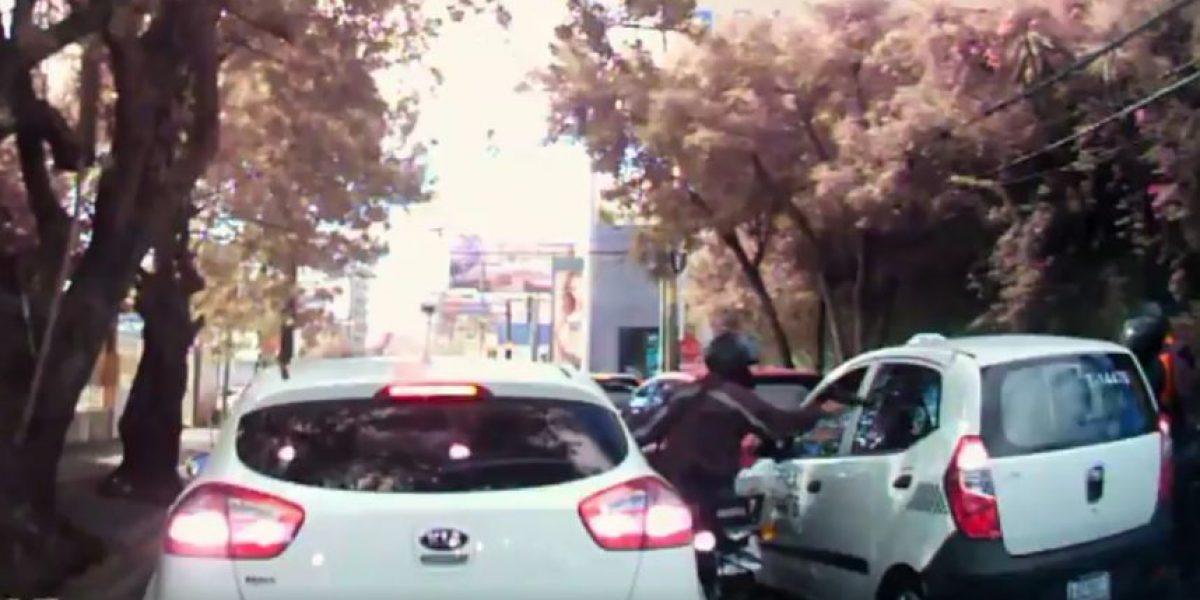 Video. Usuario de Twitter graba y comparte el robo a los viajeros de un taxi en la zona 10