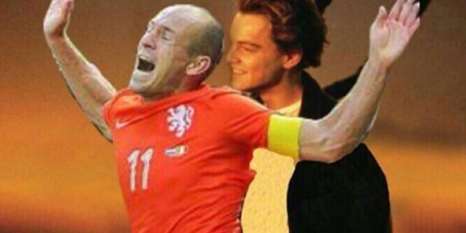 La caída del jugador holandés Arjen Robben en el partido de Holanda contra México en el Mundial Brasil 2014 Foto:Twitter