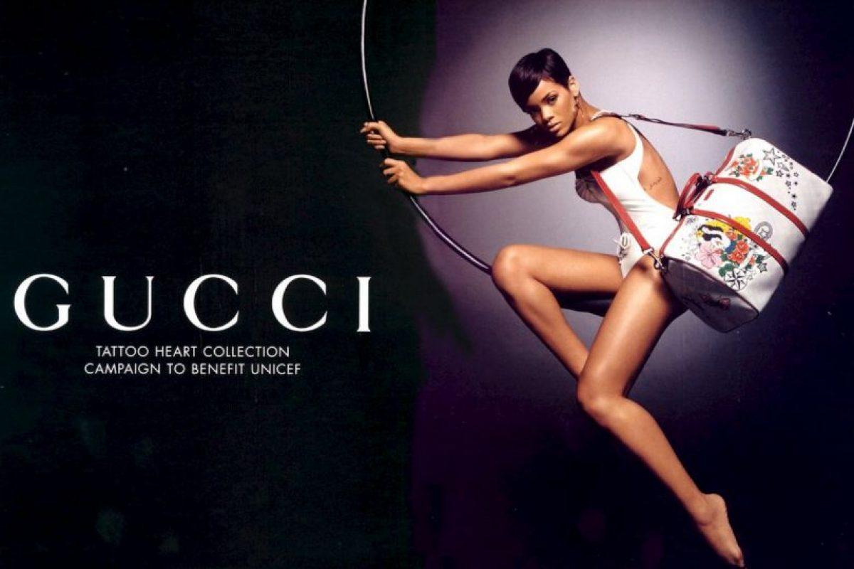 """1. Gucci: siempre hay tiempo una para una buena causa. En diciembre de 2009 Rihanna se unió a la marca de lujo Gucci para aportar su granito de arena para la caridad de niños UNICEF. La belleza de Barbados protagonizó los anuncios para la línea de edición limitada de productos """"Tattoo Heart"""", cuya cuarta parte de ventas fueron donadas a la caridad. Foto:vía Gucci"""