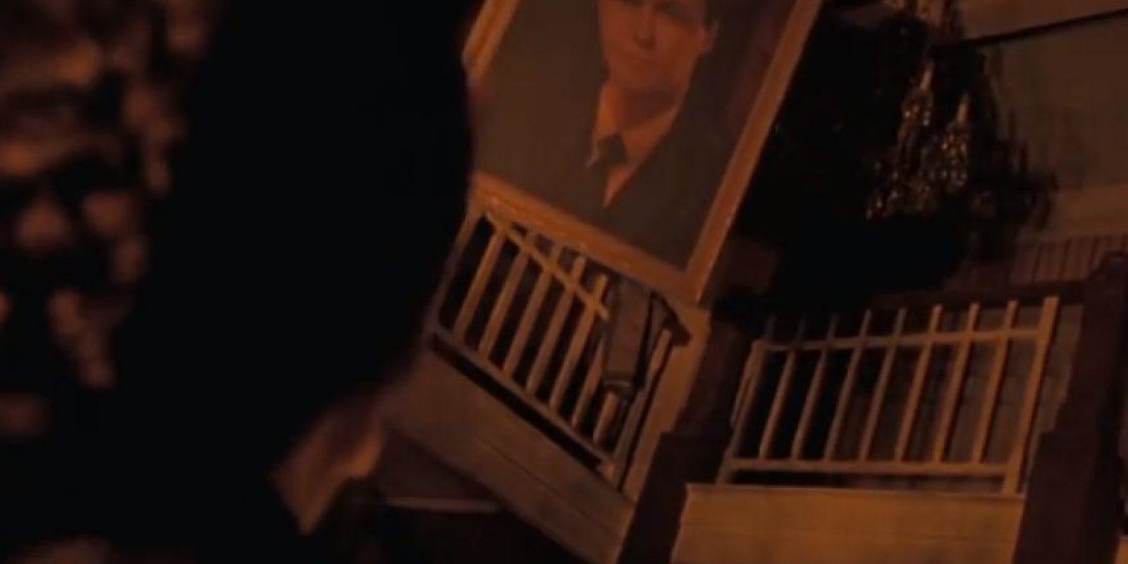"""3. El cuadro de """"Magnus"""", padre de la profesora """"Miel"""" en realidad es un retrato de Roald Dahl, autor del libro y creador de """"Matilda"""". Foto:vía TriStar"""