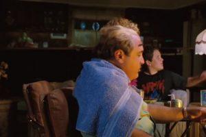6. En la escena de la televisión, si se fijan bien, Rhea Pherlman tiene gafas Versace puestas dos veces. Foto:vía TriStar